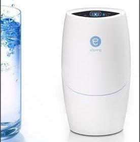 Beber agua pura utilizando el sistema de tratamiento eSpring